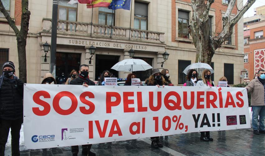 La Asociación provincial de Peluquerías y Centros de Estética de Guadalajara vuelve a concentrarse para pedir la bajada del IVA al 10%