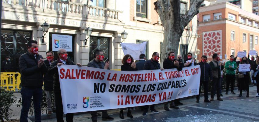 Más de medio millar de asistentes acuden a la concentración en apoyo al sector del turismo, hostelería y ocio de la provincia organizada por la Federación provincial de Turismo y Hostelería de Guadalajara