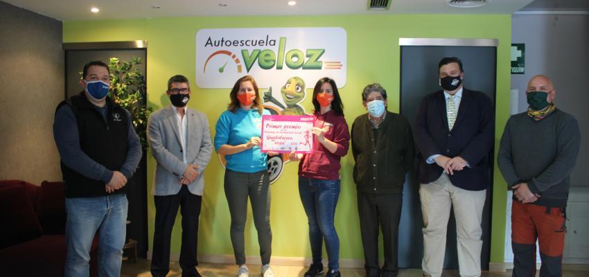 La Autoescuela La Veloz gana el concurso de escaparate Guadalajara en Rosa