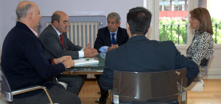 La presidenta de la Diputación mantiene una reunión de trabajo con CEOE-CEPYME