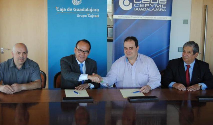 Caja de Guadalajara-Grupo Cajasol suscribe un convenio con empresarios y pymes de la Asociación del casco histórico