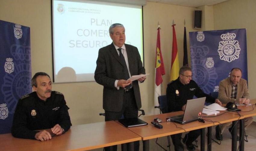 Representantes de la Federación de comercio acuden a una reunión con la Policía