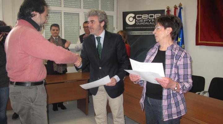 El consejero de Presidencia, Leandro Esteban, entrega los diplomas del curso de información al cliente de CEOE-CEPYME Guadalajara