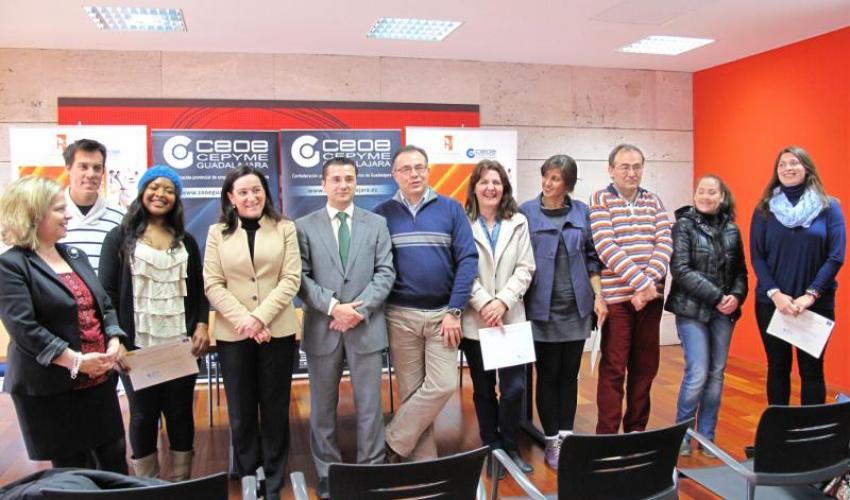 La directora general de formación de la Junta de Comunidades de Castilla-La Mancha, Paloma Barredo, entrega los diplomas de dos nuevos cursos de CEOE-CEPYME Guadalajara