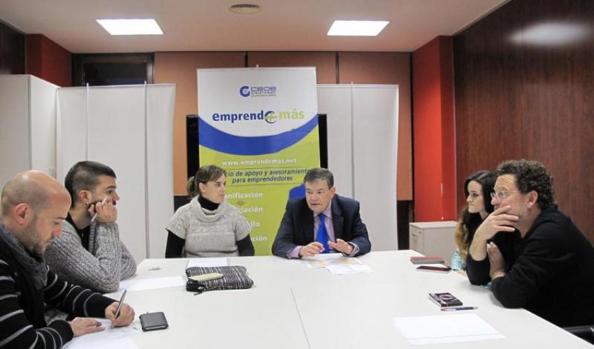 Los técnicos de Emprende+más de CEOE-CEPYME Guadalajara muestran las figuras jurídicas a miembros de la Asociación de fotógrafos de la provincia de Guadalajara