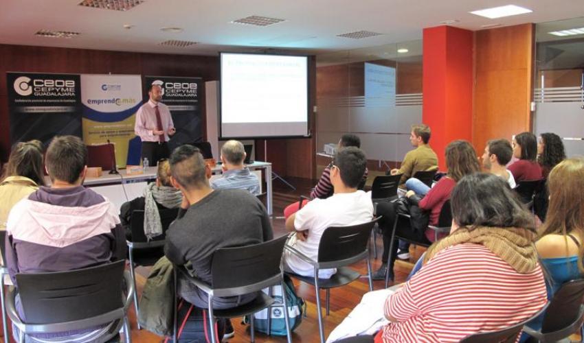 El programa Emprende+más de CECAM imparte un nuevo taller de emprendidurismo