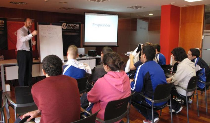 Alumnos del colegio sagrado corazón aprenden a realizar un plan de empresa en el CEEI de Guadalajara