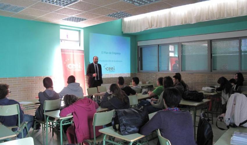 Los técnicos del CEEI de Guadalajara se desplazan hasta El Casar para enseñar a los alumnos de 3º de ESO el plan de marketing