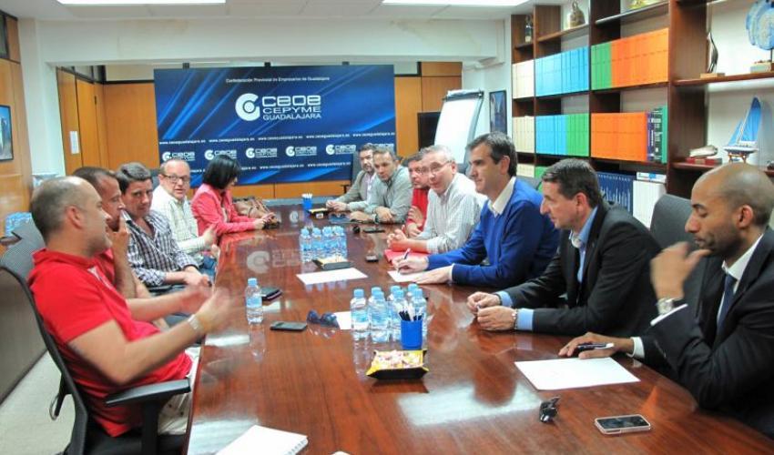 Antonio Román escucha las principales demandas de los taxistas de la ciudad