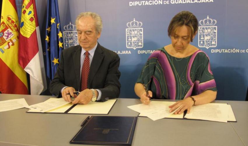 La presidenta de la Diputación ha firmado un nuevo convenio de colaboración con el presidente de CEOE-CEPYME, Agustín de Grandes, para propiciar actividades de formación y de fomento del empleo