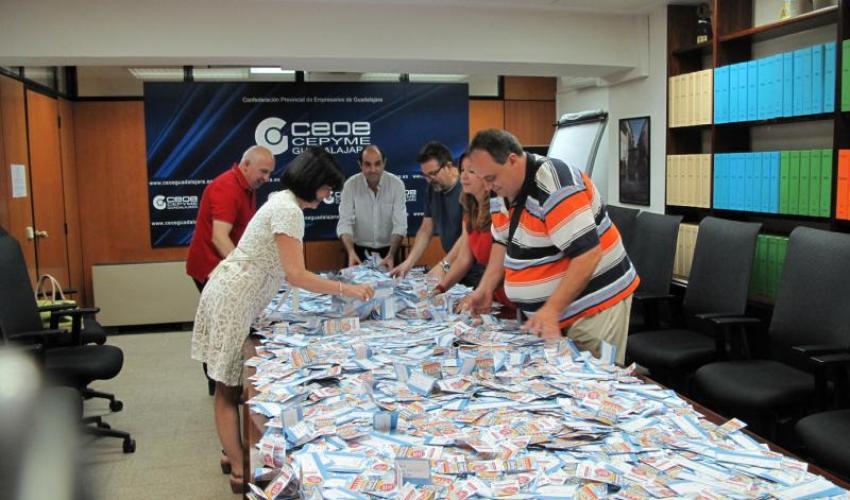 """FEDECO realiza el sorteo de los 10 cheques de 100 euros de su campaña """"Prepárate para el verano con el comercio de Guadalajara"""""""