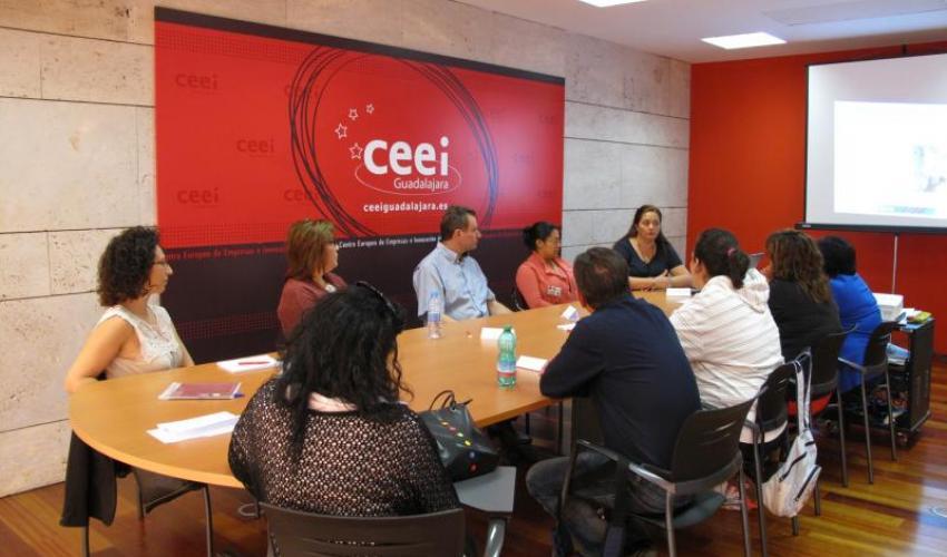 Los alumnos del taller del empleo de Fontanar asisten a una sesión informativa sobre comercio exterior y su protocolo