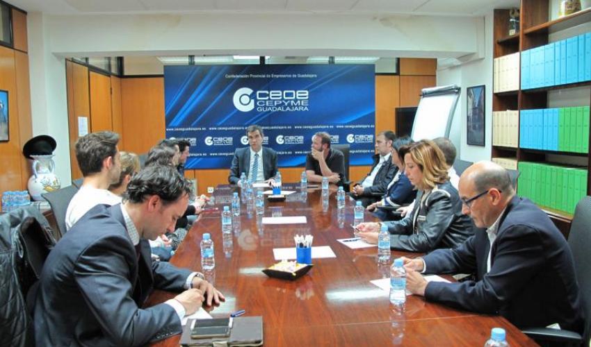 Antonio Román escucha las propuestas y demandas de la Federación Provincial de Turismo de Guadalajara
