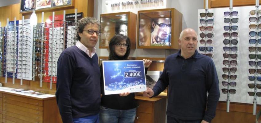 María del Mar Ibáñez realiza las compras del premio de los 2.400 euros del Doble, doble de Navidad en los comercios asociados