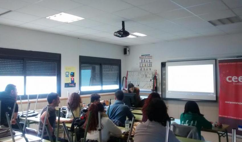 Los alumnos del IES Aguas Vivas y del IES Luis de Lucena conocen el proyecto las 12 horas de la innovación