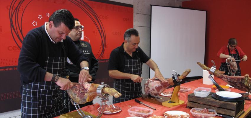 Hosteleros alcarreños perfeccionan en el arte de cortar jamón en un nuevo curso organizado por la Federación Provincial de Turismo de Guadalajara