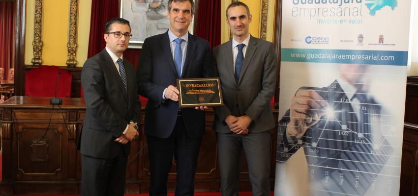El alcalde de Guadalajara, Antonio Román, recibe la placa conmemorativa &#x2018Invest in Cities 2018&#x2019