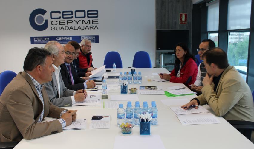 El candidato de VOX a la Alcaldía, Antonio de Miguel recoge las demandas de los empresarios de Guadalajara tras reunirse con el Comité de Dirección de CEOE-CEYPE Guadalajara